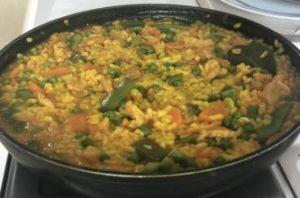 paella de verduras y pollo